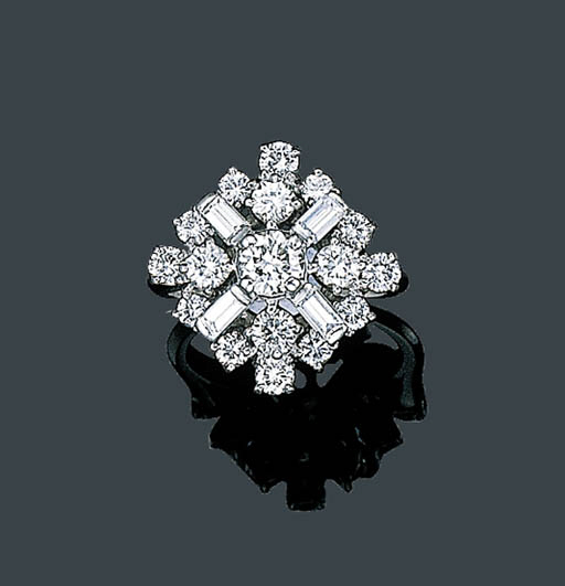 A DIAMOND CLUSTER RING, TIFFAN