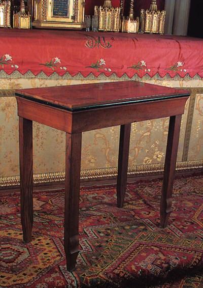 Mesa en madera de nogal.