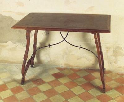 Mesa espaola en madera de noga