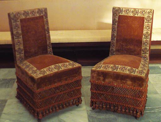 Pareja de sillas espaolas tapi