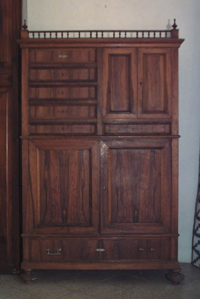 Armario espaol en madera de no
