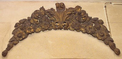 Fragmento de madera tallada y