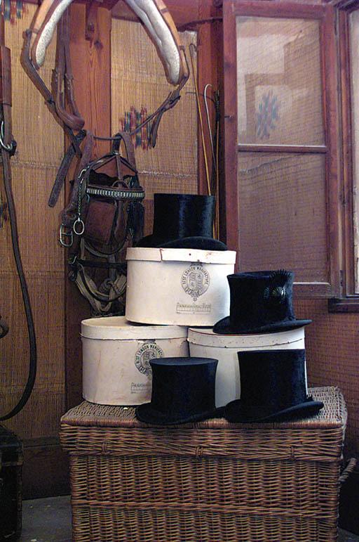Cuatro sombreros de caballero