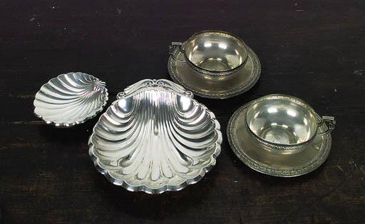 Dos tazas con platos de plata