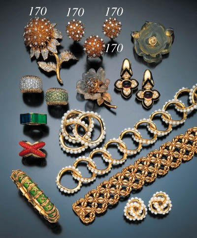 SUITE OF YELLOW GOLD AND DIAMO
