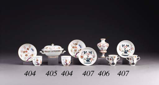 A PAIR OF VIENNA KAKIEMON CUPS