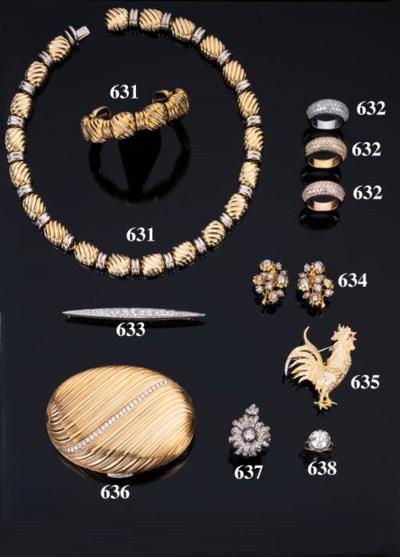Paio di orecchini in oro con b