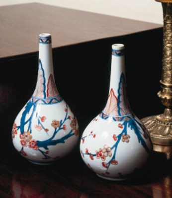 A PAIR OF CHINESE IMARI BOTTLE