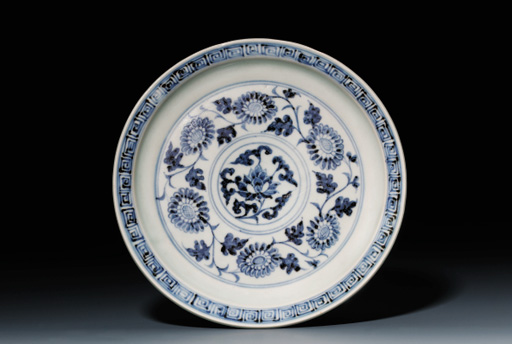 A FINE BLUE AND WHITE SHALLOW CHRYSANTHEMUM DISH