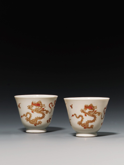 A PAIR OF IRON RED AND GILT WINE CUPS