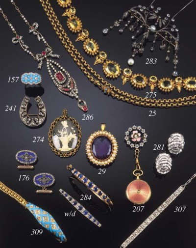 An antique gold muff chain,