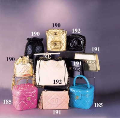 A handbag of quilted ivory can