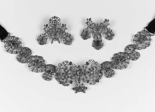 An antique foiled emerald neck