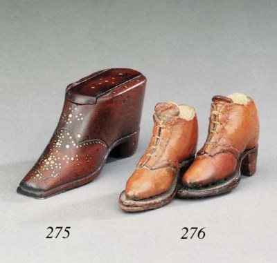 A treen shoe snuff box, 19th c