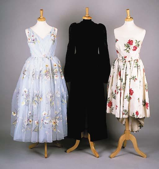 A sleeveless cocktail dress, o