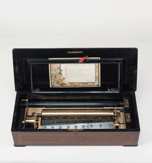 A mandolin piccolo musical box