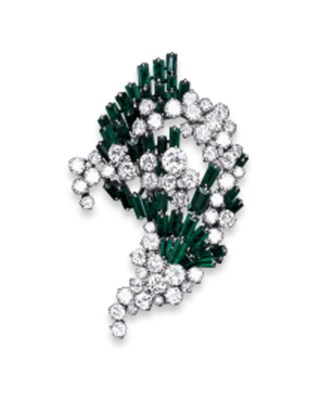 AN EMERALD AND DIAMOND CLIP BR