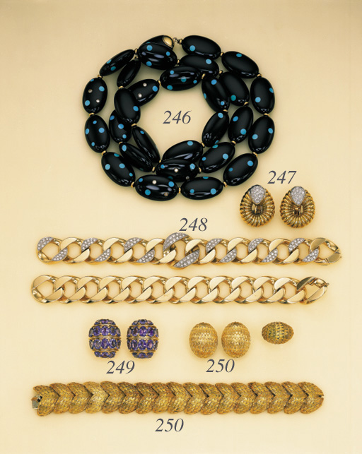 A SUITE OF 18K GOLD JEWELLERY