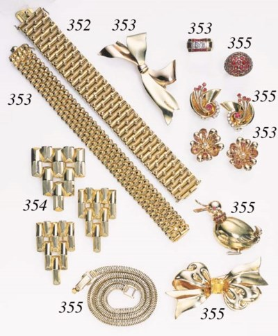 A GROUP OF RETRO GOLD JEWELRY