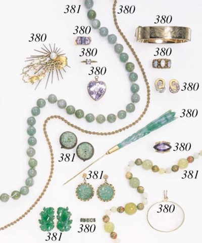 AN ASSORTED GROUP OF JEWELRY A