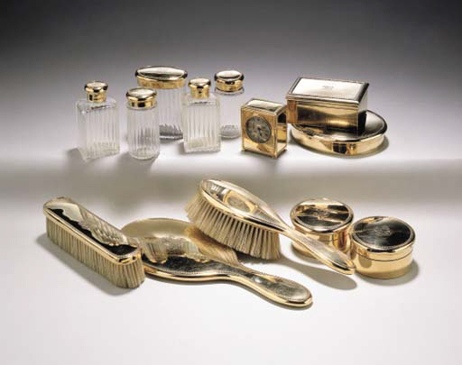 A GEORGE V GOLD THIRTEEN-PIECE DRESSING TABLE SERVICE