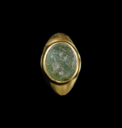 A ROMAN GOLD AND EMERALD FINGE