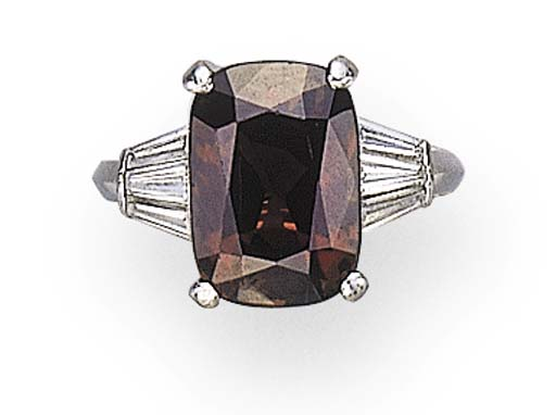 A SINGLE-STONE ALEXANDRITE RING