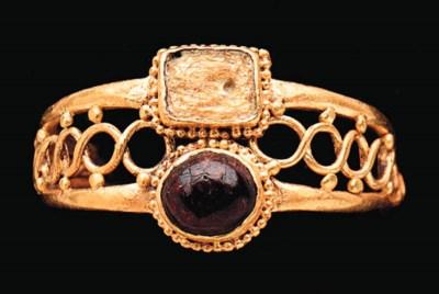 A ROMAN GOLD, GARNET AND GLASS
