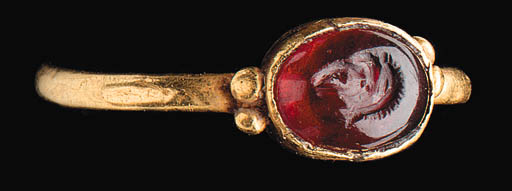 A ROMAN GARNET AND GOLD FINGER
