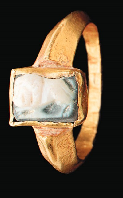 A ROMAN ONYX AND GOLD FINGER R