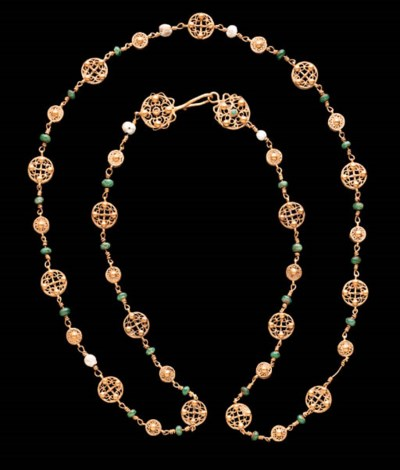 A LATE ROMAN GOLD, EMERALD AND