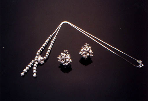 A SET OF DIAMOND JEWELLERY
