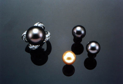 A SET OF BLACK CULTURED PEARL JEWELLERY