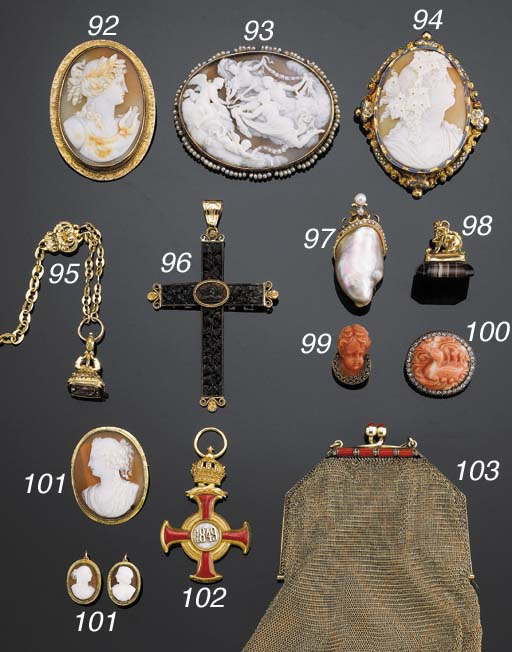 AN ANTIQUE SHELL CAMEO AND SEE