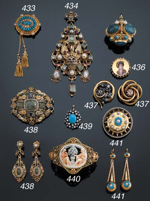 AN ANTIQUE GOLD NECKLACE AND A