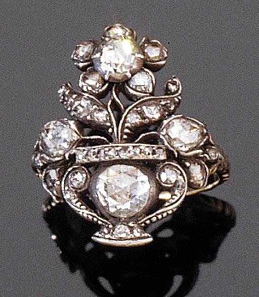 AN ANTIQUE DIAMOND GIARDINETTO RING