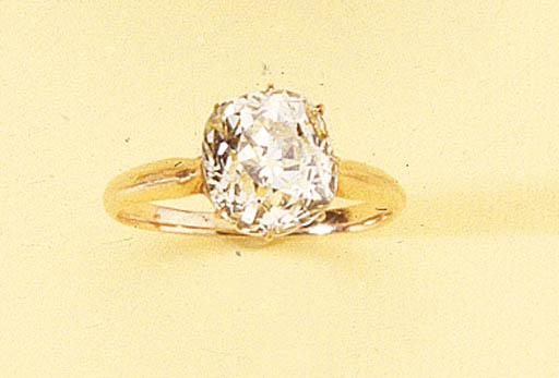 AN ANTIQUE DIAMOND SINGLE STONE RING