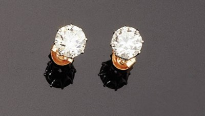 A PAIR OF DIAMOND SOLITAIRE EA