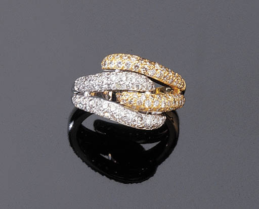 A TWO COLOUR GOLD AND DIAMOND RING