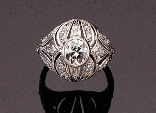 A WHITE GOLD DIAMOND RING
