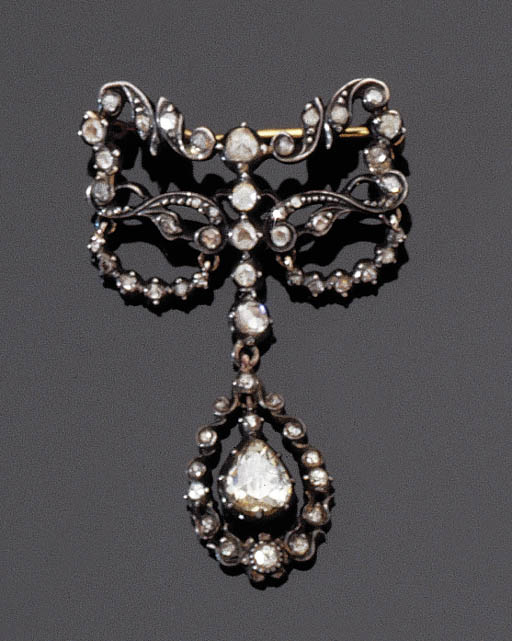 AN ANTIQUE BOW BROOCH