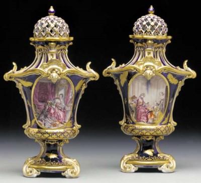 A pair of Chelsea mazarine-blu