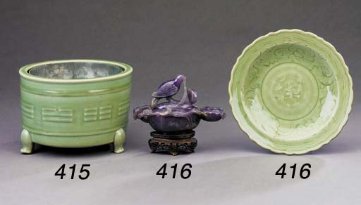 A CHINESE LONGQUAN CELADON CYL