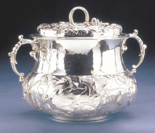 AN EDWARDIAN SILVER CAUDLE CUP