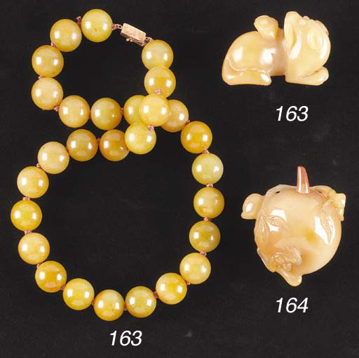 A Chinese agate bead necklace