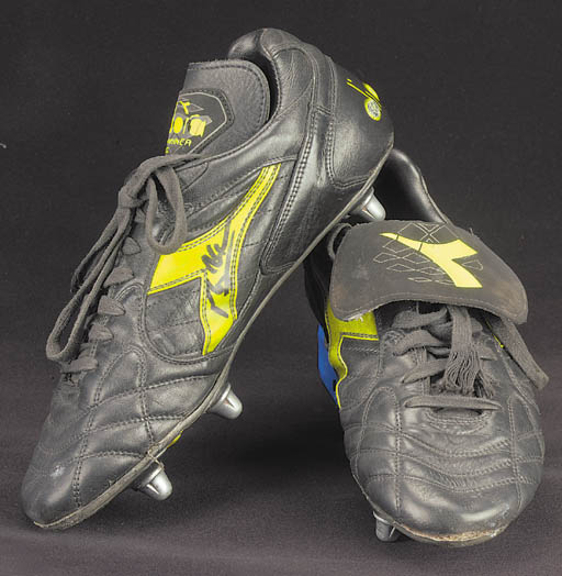 A pair of black and yellow, Di