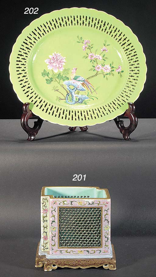 A Chinese oval foliate rimmed