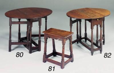 A SMALL OAK GATELEG TABLE, ENG
