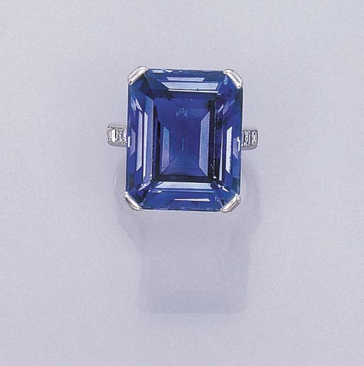 AN ATTRACTIVE SAPPHIRE RING, B