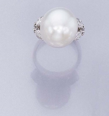 A SOUTH SEA CULTURED PEARL RIN